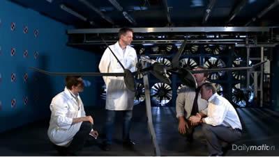 Discussion technique autour de la maquette d'Eole à l'échelle 1:2 dans la veine de L2