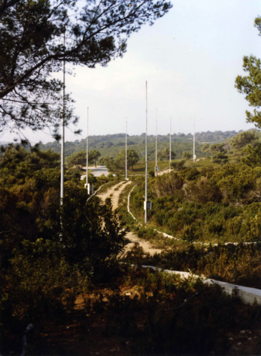 RIAS - Radar à +Impulsion et Antenne Synthétique (Pulse and Synthetic Aperture Radar). Centre d'Essai de la Méditerranée (Mediterranean Test Center), Ile du Levant Principle conceived at ONERA of a radar with transceiver antennas scattered on the ground, allowing omnidirectional location in space.
